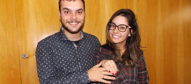 Casal vencedor do Concurso Cultural do Dia dos Namorados recebe prêmio